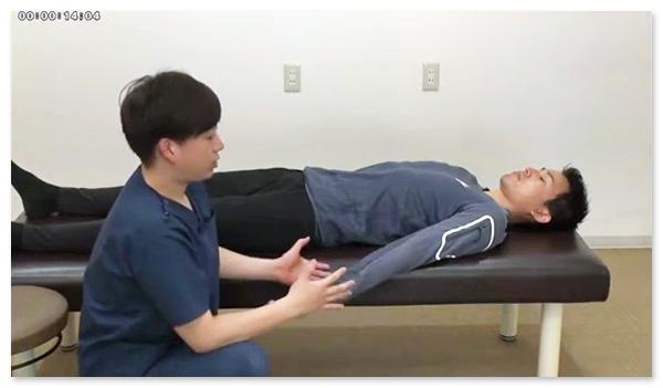 仰向けの楽な姿勢で、上肢の軸を通していきます