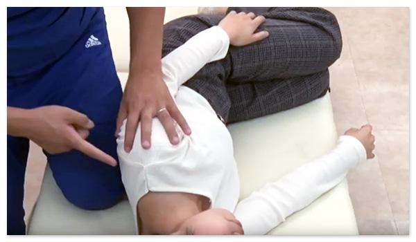 肩甲骨は、横向きに寝た状態で施術します