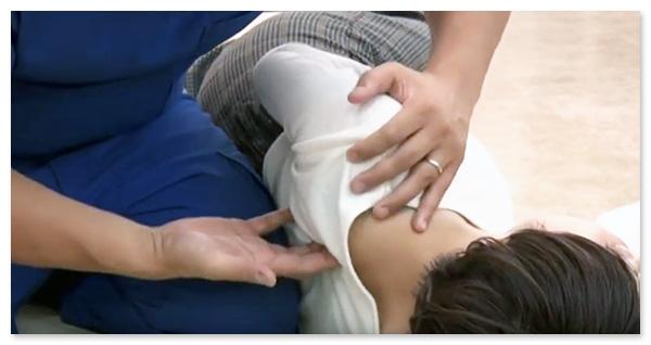 左手で支えながら、右手を肩甲骨に入れていきます
